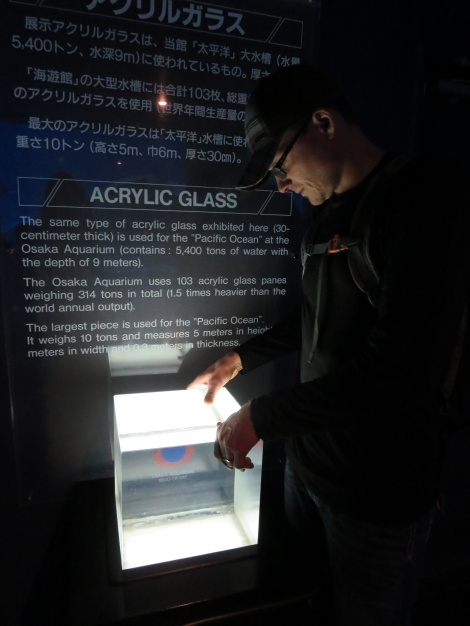 the thick acrylic glass used at the aquarium